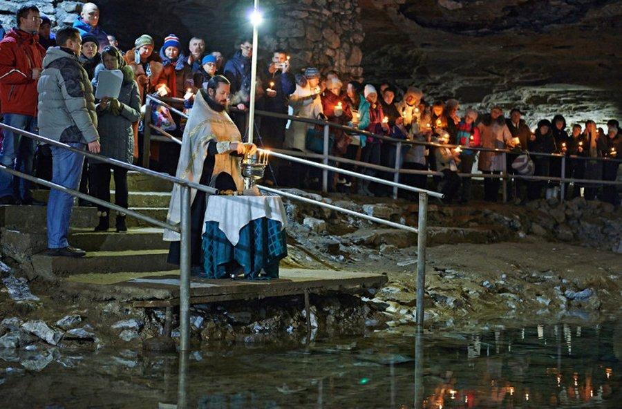Крещение в Кунгурской ледяной пещере