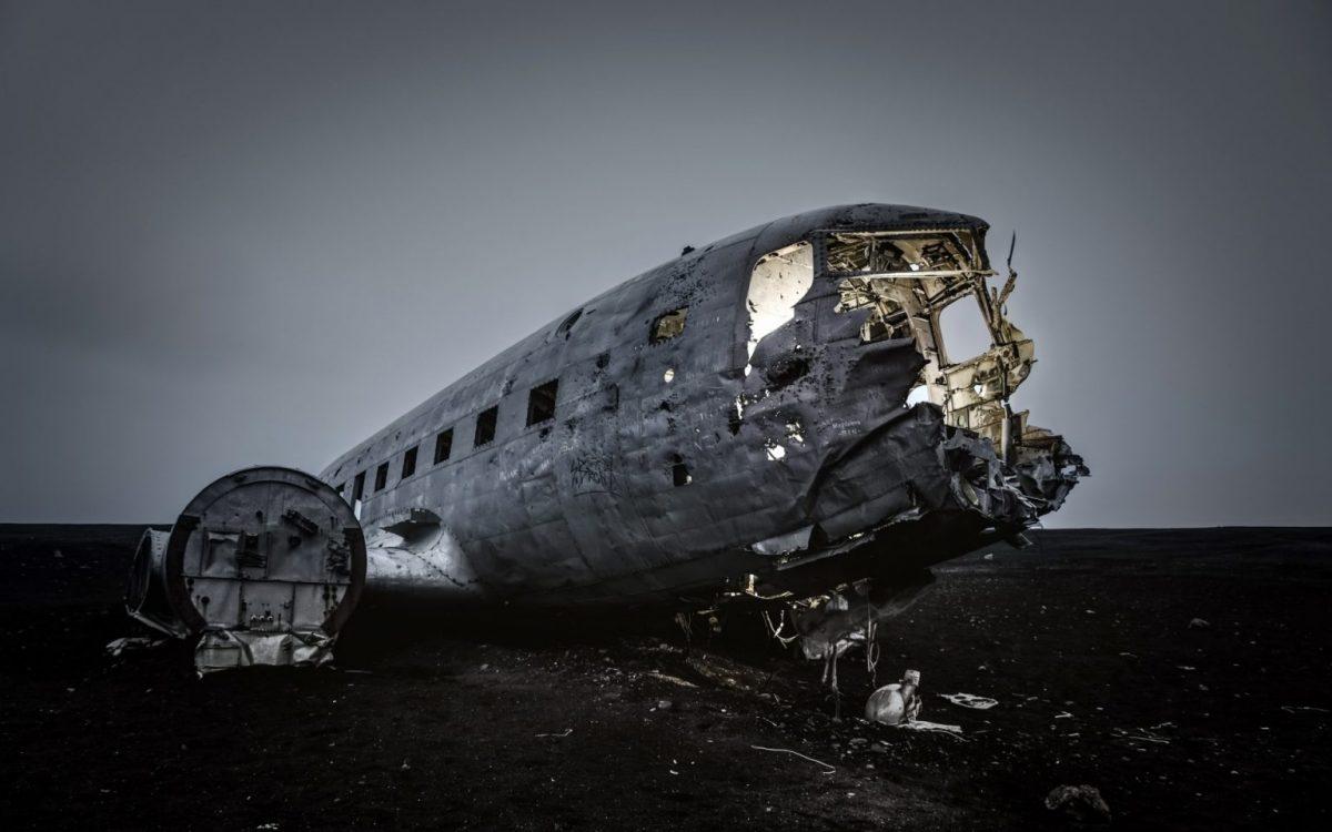 Черный плаж обломки самолета