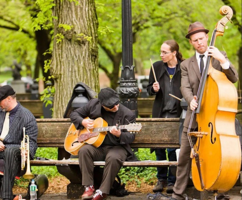 Уличные музыканты в парке