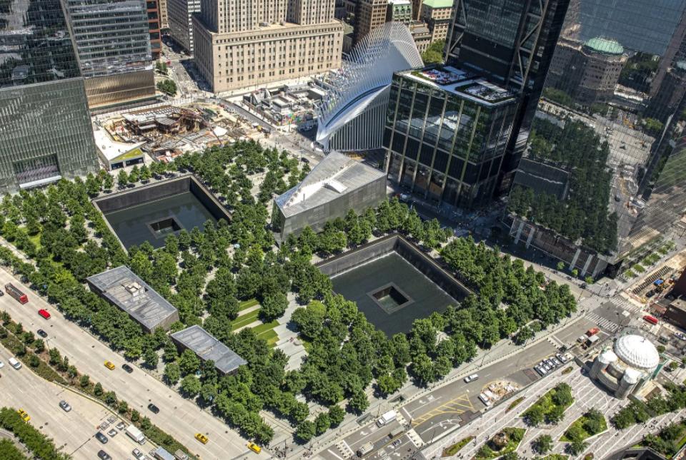 Так выглядит место, где стояли башни-близнецы сейчас ФОТО: 9/11 Memorial & Museum on Twitter