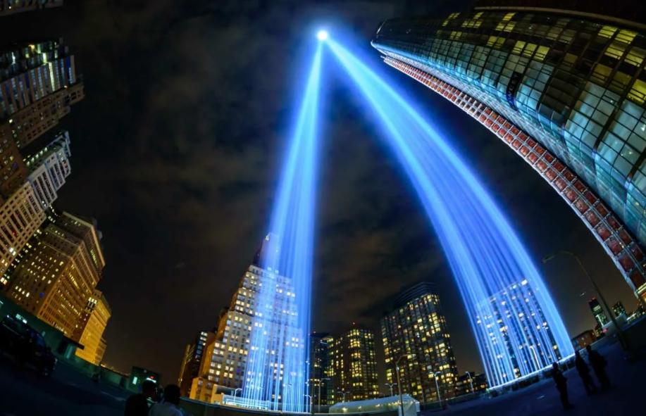 Мемориал 9/11 подсвечивается лучами в годовщину трагедии