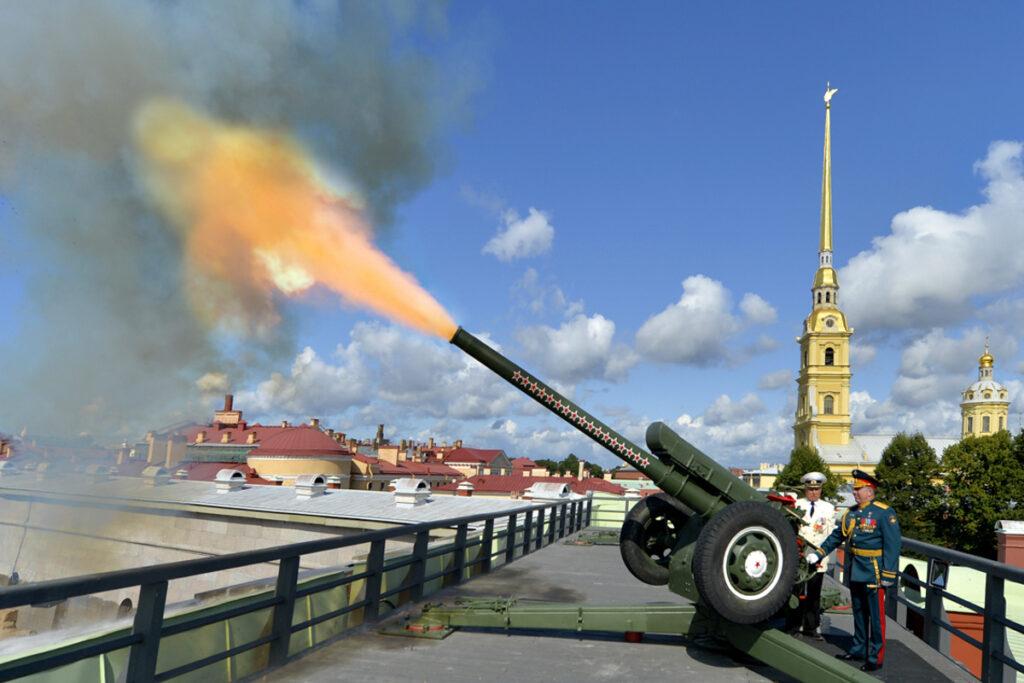 Полуденный выстрел пушки в Петропавловской крепости