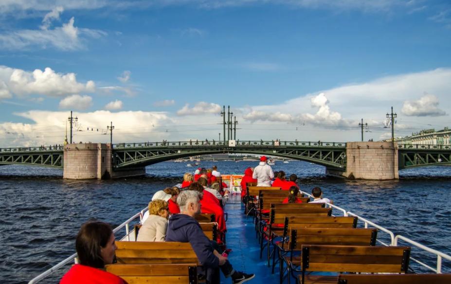 Речные прогулки по Неве в Санкт-Петербурге